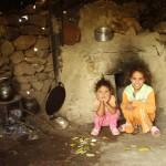 2 enfants croisés dans un village lors d'une randonnée avec le gîte de la gorge