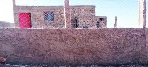 Le crépis du mur de la cour est fini